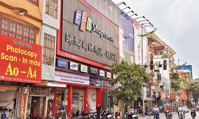 Biển quảng cáo che kín ngôi nhà trên phố Lê Duẩn.